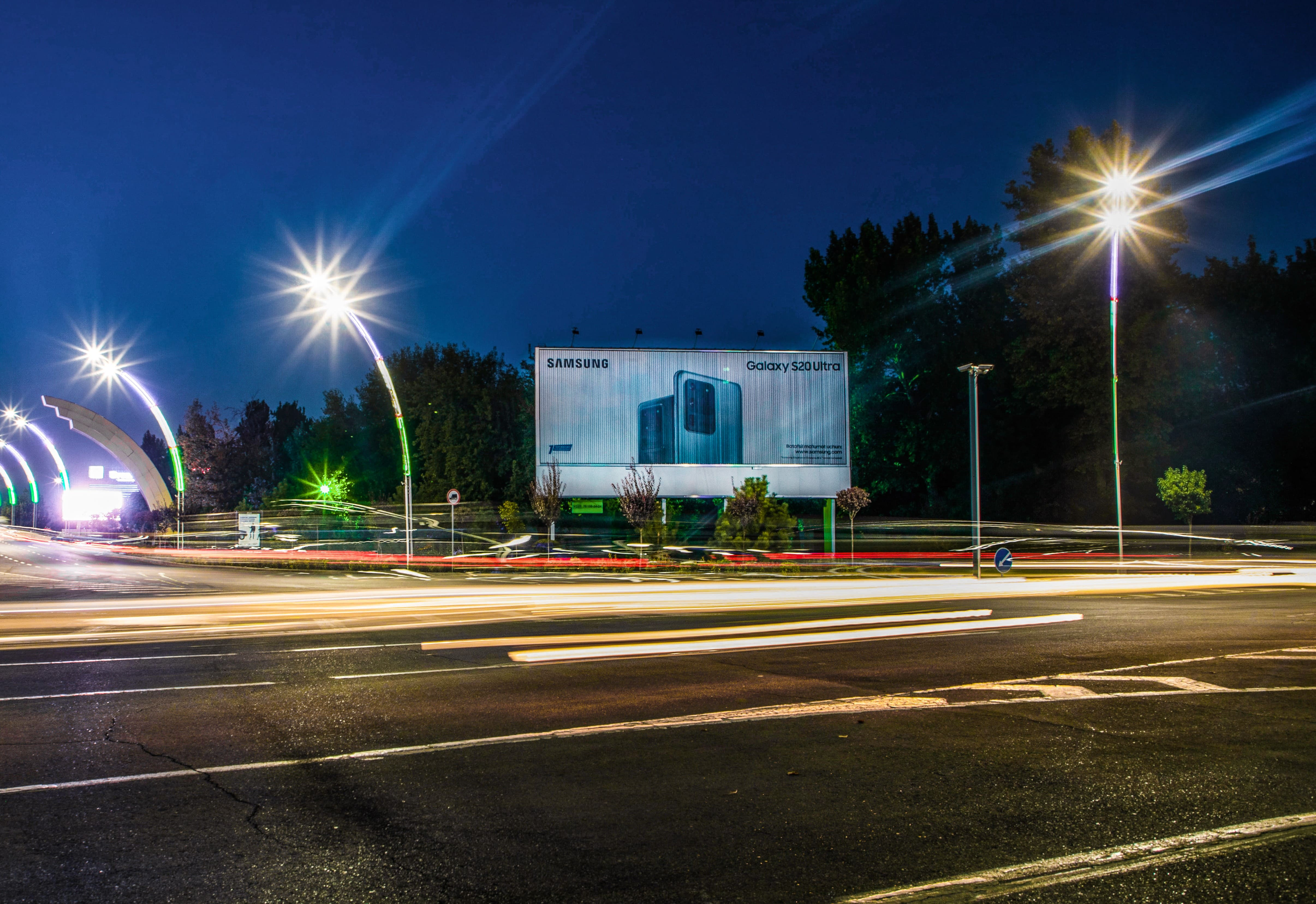 Призма - динамическая конструкция на выезде из международного аэропорта им. И.Каримова